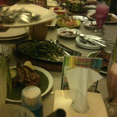 Photo taken at Oemah Daun Cafe & Resto by 'ekabees' COWMANIA E. on 12/15/2012