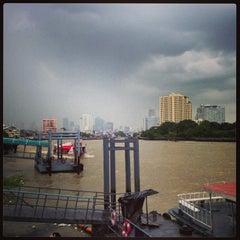 Photo taken at แว่นฟ้าราชวงษ์ (Wan Fah Restaurant) by Artyom S. on 8/21/2013