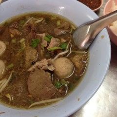 Photo taken at อาเหลียง ก๋วยเตี๋ยวเนื้อ by Kanlayarat J. on 9/17/2014