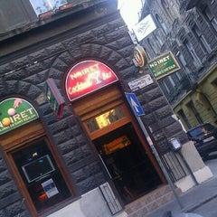 Photo taken at Noiret Biliárd és Darts Szalon, Pub és Koktélbár by Gábor T. on 7/9/2013