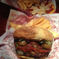Photo taken at Red Robin Gourmet Burgers by Oğuz D. on 10/12/2012