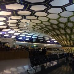 Photo taken at Abu Dhabi International Airport (AUH) مطار أبو ظبي الدولي by Raul S. on 5/30/2013