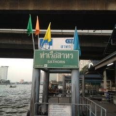 Photo taken at ท่าเรือสาทร (ตากสิน) Sathorn (Taksin) Pier CEN by Warajan J. on 12/25/2012