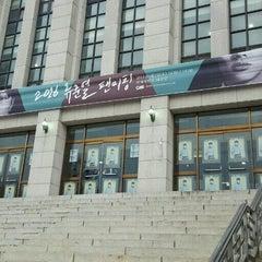 Photo taken at 연세대학교 대강당 (Yonsei University Main Auditorium) by 이은영 on 4/2/2016