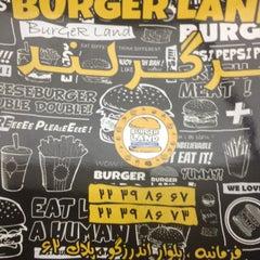 Foto tomada en Burger Land por Reza H. el 5/21/2013