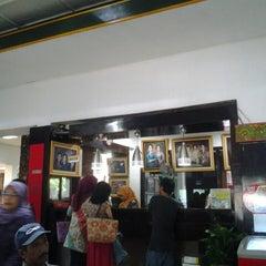 Photo taken at Ayam Goreng Suharti by Sri W. on 5/26/2013