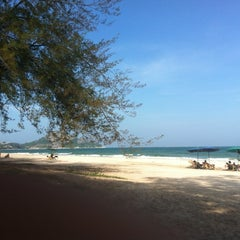 Photo taken at ชายหาดสวนสนประดิพัทธ์ (Suan Son Pradipat Beach) by Orn L. on 11/15/2012