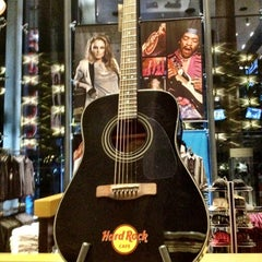 Photo taken at Hard Rock Café | هارد روك كافيه by Shadi M. on 10/19/2012