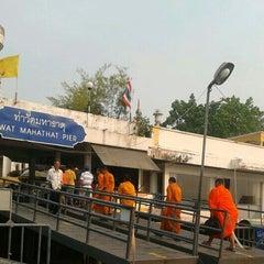 Photo taken at ท่าวัดมหาธาตุ (Wat Mahathat Pier) by Praewphan L. on 2/15/2013