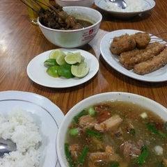 Photo taken at Soto Ayam & Ayam Goreng Bangkong by Tinus G. on 10/10/2014
