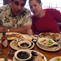 Photo taken at Cracker Barrel Old Country Store by Keren G. on 11/15/2014