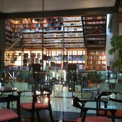 Photo taken at Cafebrería El Péndulo by Rodo W. on 10/31/2012