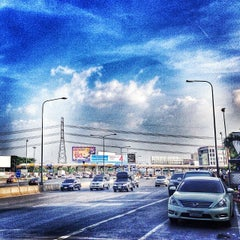 Photo taken at ด่านฯ ประชาชื่น - ขาออก (Prachachuen Toll Plaza - Outbound) by Jirapong P. on 11/21/2013