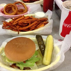Photo taken at Jeffrey's Hamburgers by Marco A. on 7/19/2013