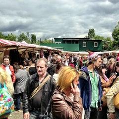 Das Foto wurde bei Flohmarkt am Mauerpark von Jennifer Kjellgren ~. am 6/30/2013 aufgenommen