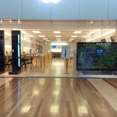 Photo taken at Apple Store, West County by Leandro N. on 10/22/2012