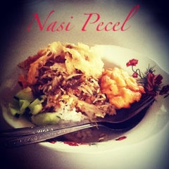 Photo taken at Nasi Pecel Mustika by Yun Gi P. on 6/9/2013