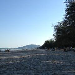 Photo taken at ชายหาดสวนสนประดิพัทธ์ (Suan Son Pradipat Beach) by Nontachart K. on 12/7/2012