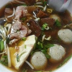 Photo taken at ก๋วยเตี๋ยวยักษ์ใหญ่ (Yakyai Noodle) by Dhanida P. on 1/7/2014