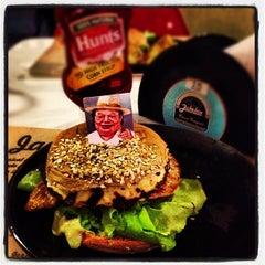 Photo taken at JukeBox Finest Burger by L Gustavo F. on 10/24/2012