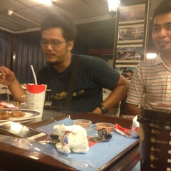 Photo taken at Edlee Fried Chicken by Irsyad I. on 5/21/2013