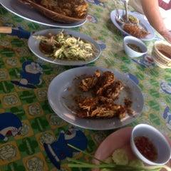 Photo taken at เจ๊อึ่งซีฟู๊ด (ป่าคั่น) Jae Aung Seafood by Paphichaya P. on 3/13/2013