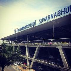 Photo taken at Suvarnabhumi Airport (BKK) ท่าอากาศยานสุวรรณภูมิ by Piyapong N. on 7/13/2013