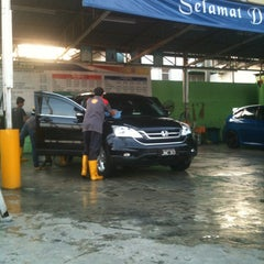Photo taken at Dr Clean Car Wash by PapaZack J. on 10/28/2013