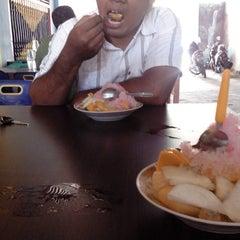 Photo taken at Rujak Aceh Garuda by Udin S. on 4/28/2014