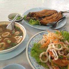Photo taken at รับลม ซีฟู๊ด (Rub Lom Seafood) by อรณิชชา on 7/14/2014