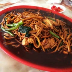 Photo taken at Tanjung Mee Goreng 顺兴茶餐室 by Alex O. on 12/3/2012