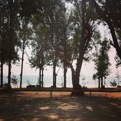 Photo taken at ชายหาดสวนสนประดิพัทธ์ (Suan Son Pradipat Beach) by Pasit D. on 4/1/2013