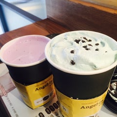 Photo taken at Angel-in-us Coffee by Hae-Sung C. on 1/3/2016