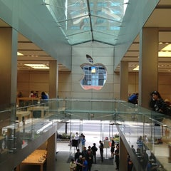 Photo taken at Apple Store, North Michigan Avenue by Hyojin Genia K. on 9/26/2012