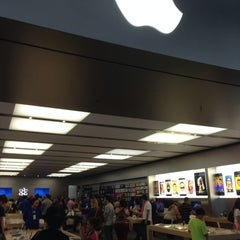 Photo taken at Apple Store, Dadeland by Özge O. on 9/28/2013