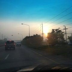 Photo taken at แยกรามคำแหง-สุวินทวงศ์ (Ramkhamhaeng-Suwinthawong Junction) by Pikulthong P. on 12/2/2012
