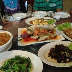 Photo taken at New Horizon Garden Restaurant by Shahril F. on 2/3/2013