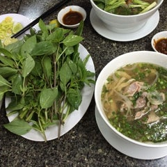 Photo taken at Phở Quỳnh by Jonathan N. on 6/27/2015