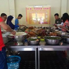 Photo taken at Rumah Makan Taman Sari by Rahmad SST on 1/27/2015