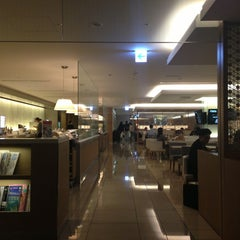 Photo taken at 国際線 JAL サクララウンジ (JAL Sakura Lounge - International Terminal) by Kenny L. on 6/9/2013