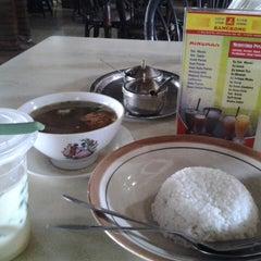 Photo taken at Soto Ayam & Ayam Goreng Bangkong by Naomi D. on 4/19/2014