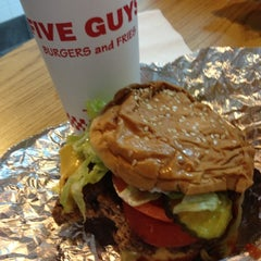Photo taken at Five Guys by @TipsconSazon on 11/15/2012