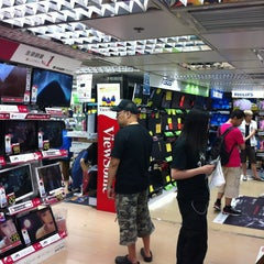 Photo taken at Golden Computer Arcade 黃金電腦商場 by Takashi O. on 8/7/2013