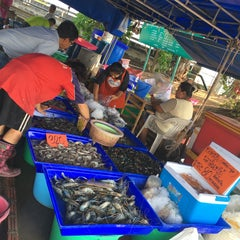 Photo taken at ตลาดสัตหีบ (Sattahip Market) by Maythinee S. on 4/8/2016