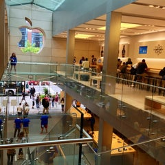 Photo taken at Apple Store, North Michigan Avenue by Julio B. on 6/29/2013