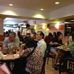Photo taken at 102 Noodles Town 永旺飯店 by Nobu K. on 6/4/2013