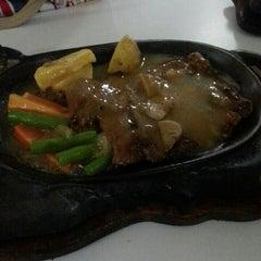Photo taken at Waroeng Steak & Shake by 🎀 Nietha 🎀 M. on 9/14/2014