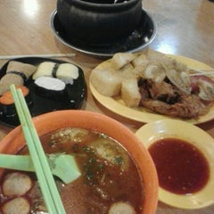 Photo taken at Kuta Bali Cafe (峇里城食坊) by yuincy月星 on 4/20/2013