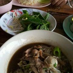 Photo taken at เตี๋ยวเรือต่อชาม by rungrat on 9/29/2012