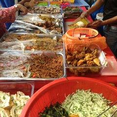 Photo taken at Bazar Ramadhan Seksyen 17 by 👾FarRa L. on 7/18/2013